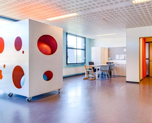 Vrolijke praktijkruimte voor kinderfysiotherapie