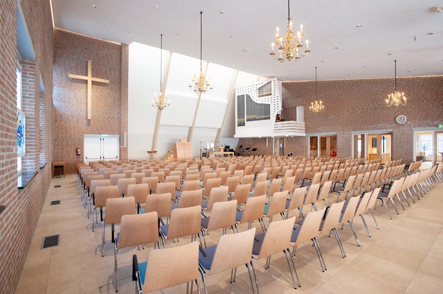 Kerkzaal Hervormde kerk Bergschenhoek zicht op liturgisch centrum