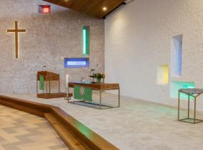 Pelgrimkerk Haarlem nieuwe liturgisch centrum. Met preekstoel, Paaskaarsstandaard, viertafel en gekleurd glas.