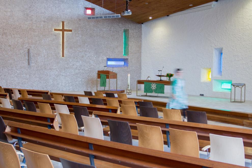 Pelgrimkerk Haarlem liturgisch centrum vanuit kerkzaal. Met liturgisch meubilair en kruis.