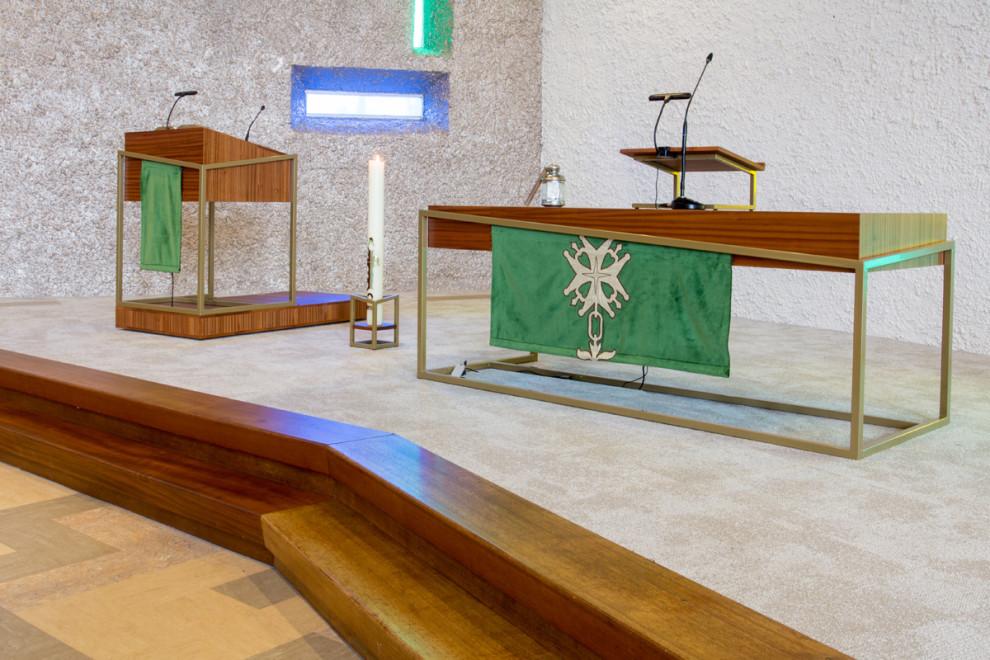 Pelgrimkerk Haarlem liturgisch meubilair op podium. De nieuwe podiumtreden zijn gemaakt van kerkbankhout.