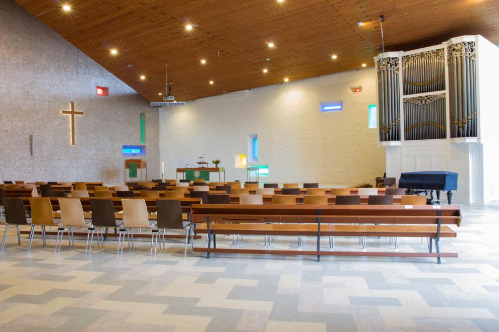 Pelgrimkerk Haarlem zicht op orgel vanaf achterin kerkzaal. Nieuwe vloer van marmoleum in een patroon.